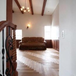 八雲の家 ヨーロピアンテイストの小さな家 (階段からリビングを望む)