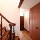 八雲の家 ヨーロピアンテイストの小さな家の写真 階段下部から玄関を望む
