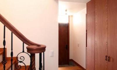 八雲の家 ヨーロピアンテイストの小さな家 (階段下部から玄関を望む)