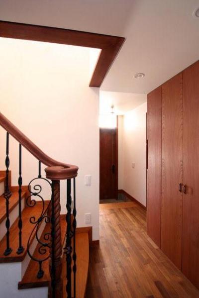 階段下部から玄関を望む (八雲の家 ヨーロピアンテイストの小さな家)
