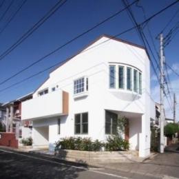八雲の家 ヨーロピアンテイストの小さな家 (西側道路より望む)