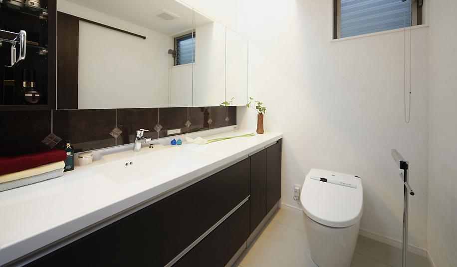 対話の途切れない家族のリビングには、太陽の光がたっぷりとはいるの写真 洗面台のあるトイレ