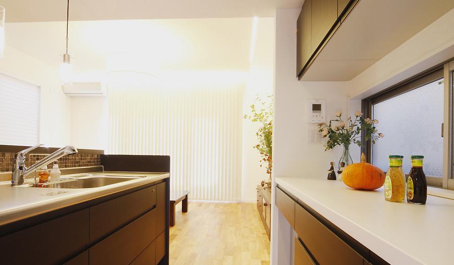 対話の途切れない家族のリビングには、太陽の光がたっぷりとはいるの写真 こだわりの設備を採用したフルオープンキッチン