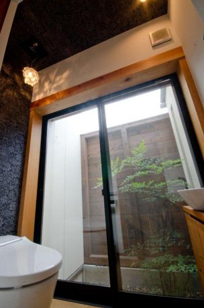 中庭付きのトイレ (七郷の平屋)