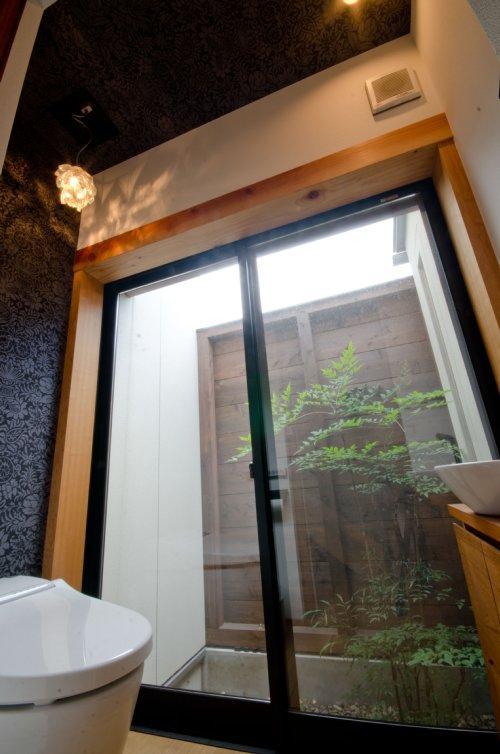 七郷の平屋の部屋 中庭付きのトイレ