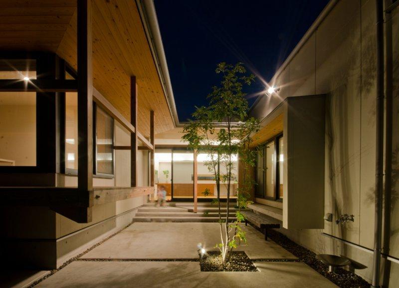 七郷の平屋の部屋 夜の中庭