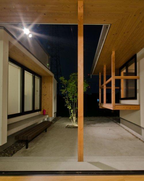 七郷の平屋 (リビングから見た中庭)