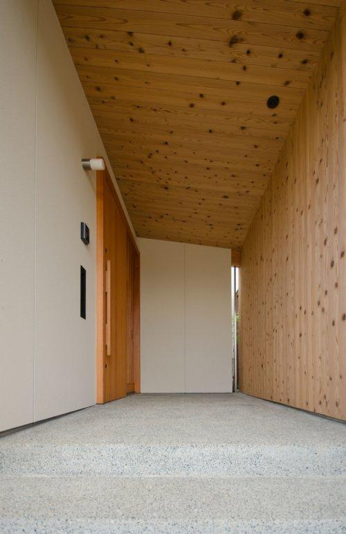 七郷の平屋の部屋 木を感じる玄関ポーチ