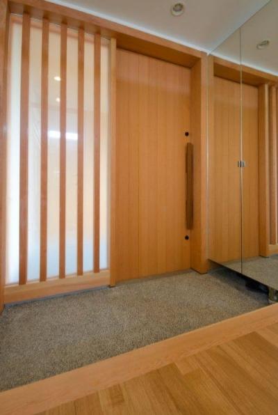 鏡のある玄関 (七郷の平屋)
