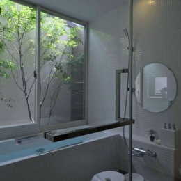 若葉いろの家 (白いタイルのバスルーム)
