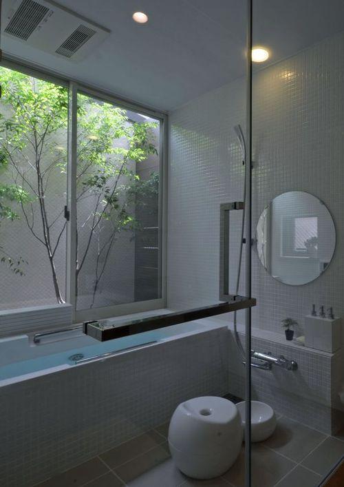 若葉いろの家の部屋 白いタイルのバスルーム