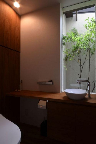 自然を感じるトイレ (若葉いろの家)