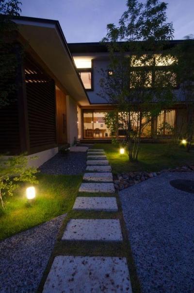 石畳のアプローチ (若葉いろの家)