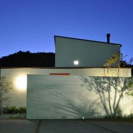 ゴトオリの家 (ライトアップした白い外観)