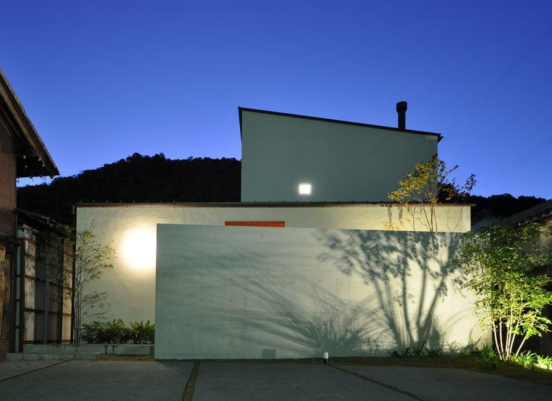 ゴトオリの家の部屋 ライトアップした白い外観