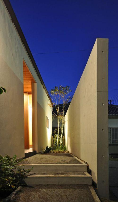 ゴトオリの家 (コンクリートの目隠しがある玄関アプローチ)
