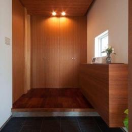 ゴトオリの家 (たくさん収納ができる玄関ホール)