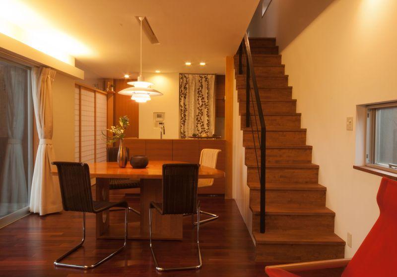 ゴトオリの家の部屋 ダイニングキッチン、階段を見る