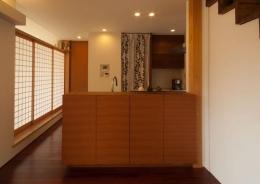 ゴトオリの家 (オーダーキッチンの前面収納はスッキリとしたデザインです。)