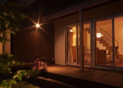 ライトアップした中庭 (ゴトオリの家)