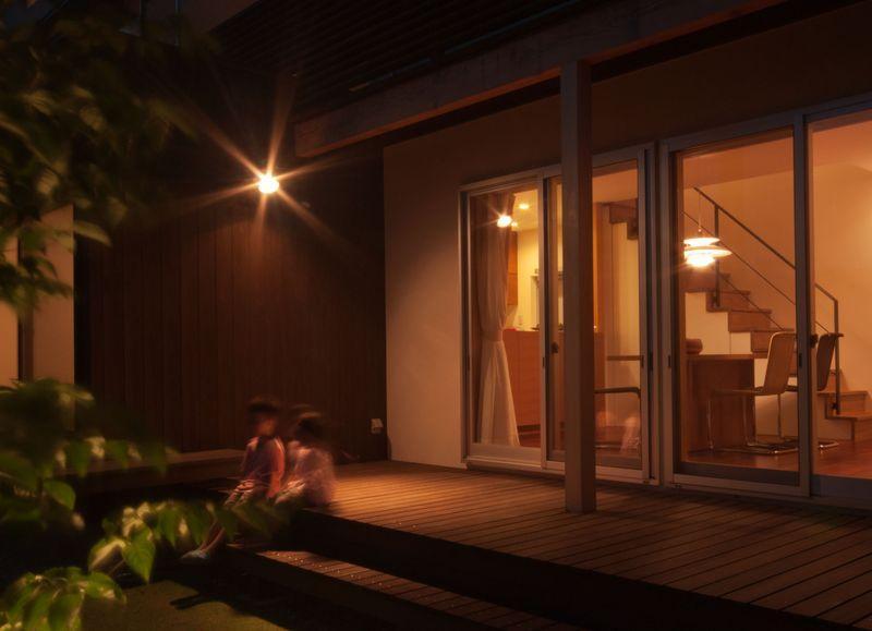ゴトオリの家の部屋 ライトアップした中庭