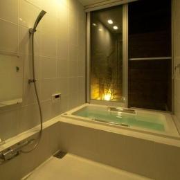 ゴトオリの家 (外部と繋がる白いバスルーム)