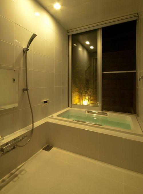 ゴトオリの家の部屋 外部と繋がる白いバスルーム