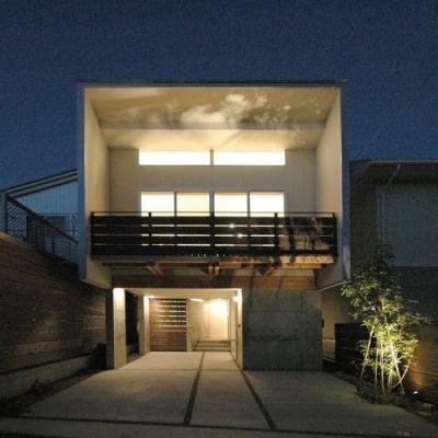 ライトアップした外観 (御井の家)