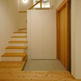 御井の家 (収納たっぷりの玄関)