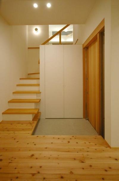 収納たっぷりの玄関 (御井の家)