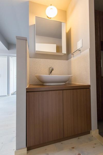 洗面台 (U邸・好きな色をふんだんに取り入れたリノベーション)