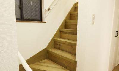 I邸・築18年中古戸建×リノベーション (無垢の階段)