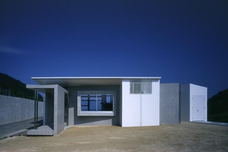 室津・海の家の部屋 コンクリート打放しの外観を正面から