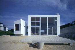 室津・海の家 (一面窓の開放的な外観)