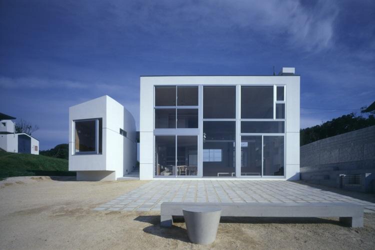 室津・海の家の部屋 一面窓の開放的な外観