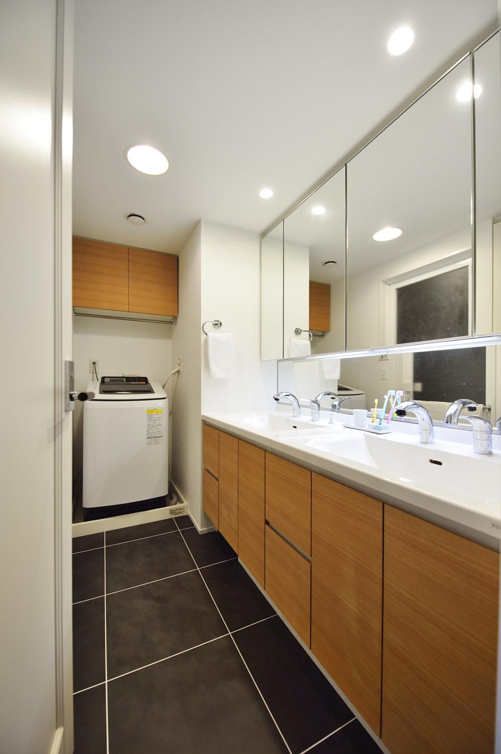 N邸・素足が気もち良い 広々リビングの部屋 大判フロアタイルの洗面所