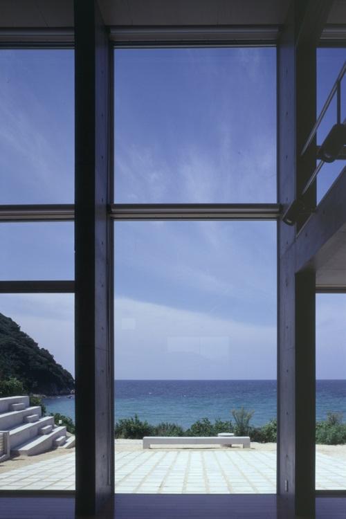 室津・海の家の部屋 リビングから庭を見る