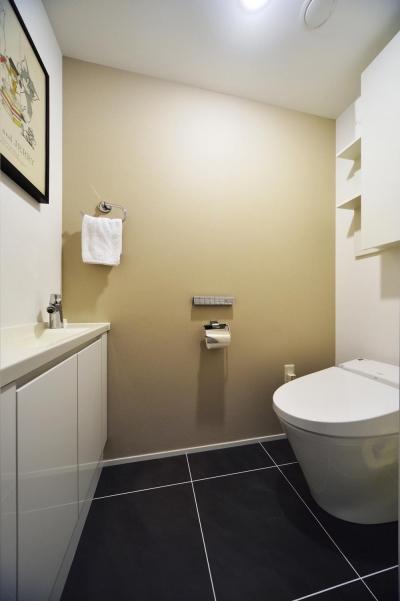 大判タイル張りのトイレ (N邸・素足が気もち良い 広々リビング)