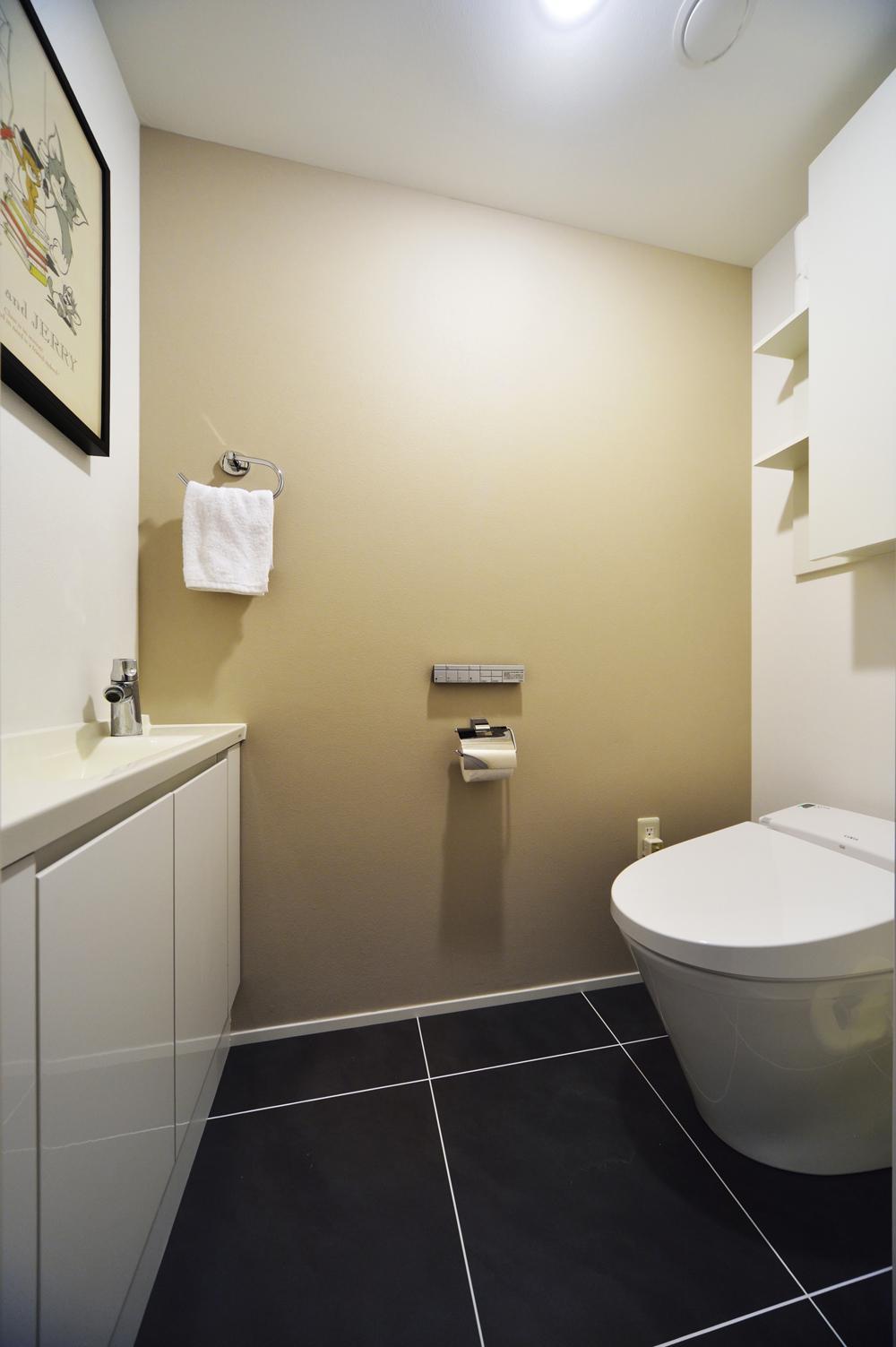 N邸・素足が気もち良い 広々リビングの部屋 大判タイル張りのトイレ