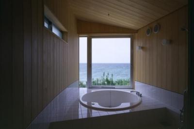 円形浴槽のジャグジーバス (室津・海の家)