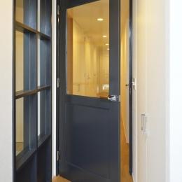 N邸・素足が気もち良い 広々リビング (畳スペースの建具とリビングドア)