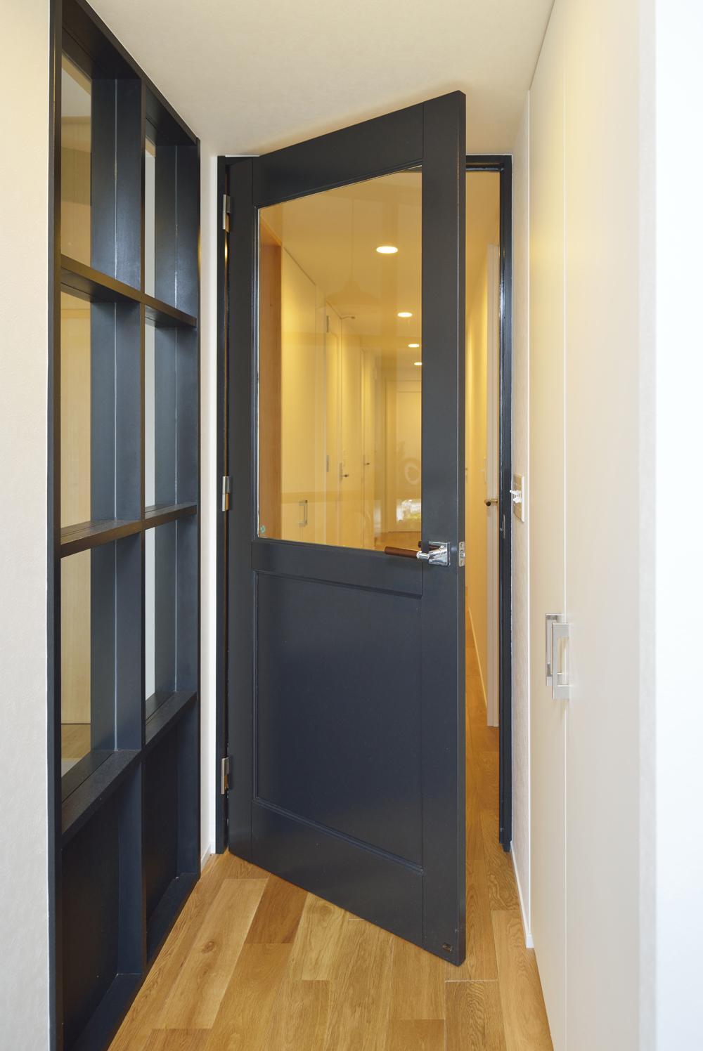N邸・素足が気もち良い 広々リビングの部屋 畳スペースの建具とリビングドア