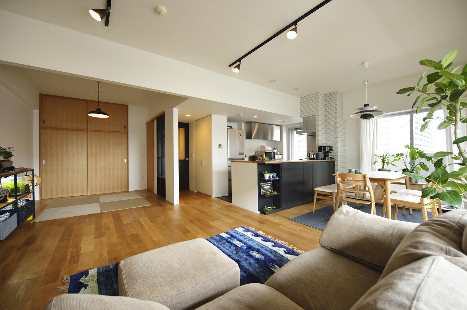 N邸・素足が気もち良い 広々リビングの部屋 リビングソファ側からのLDK(畳スペース)