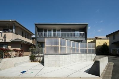 ポリカーボネイトのフェンスに囲まれた外観 (蒔絵台のSimpleBoxHouse 2)