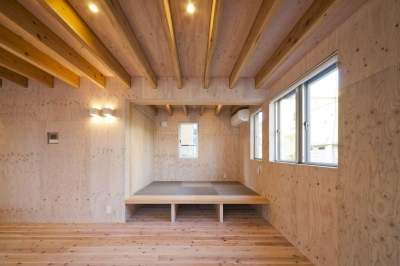 小上がり和室のあるリビング (蒔絵台のSimpleBoxHouse 2)