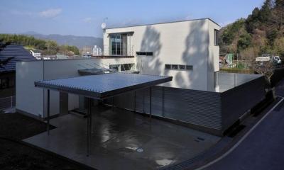 水盤のある家 (屋根付きガレージのある住宅)