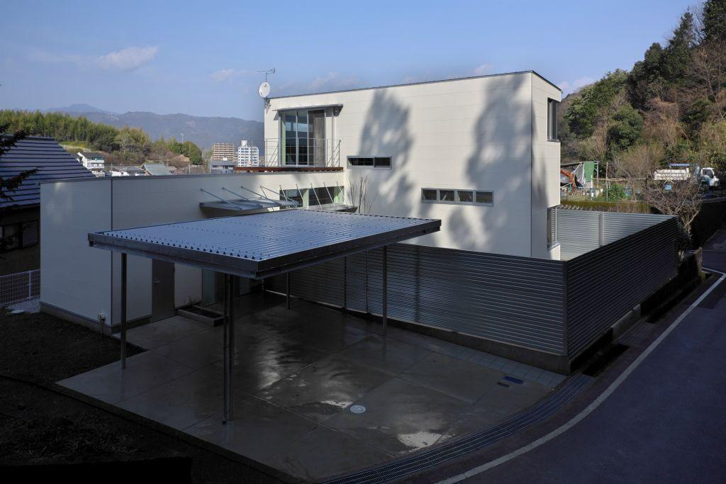 水盤のある家の写真 屋根付きガレージのある住宅