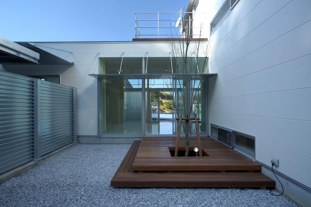 水盤のある家の写真 庭にあるウッドデッキ