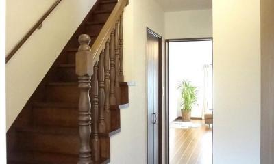 敷地を活かした設計で広がりのあるLDKを実現。施主様こだわりのナチュラルアンティークの家 (階段)
