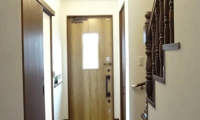 敷地を活かした設計で広がりのあるLDKを実現。施主様こだわりのナチュラルアンティークの家 (玄関ホール)